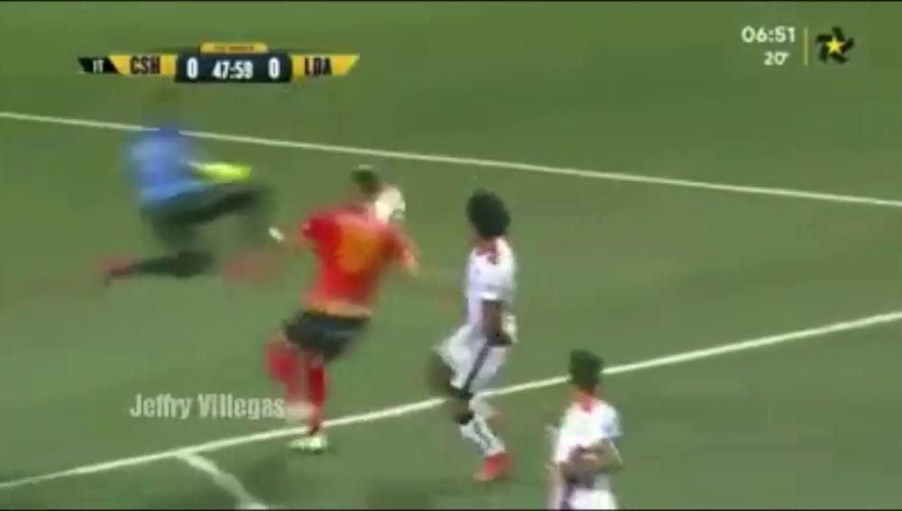 Terrible rodillazo volador de un portero a un jugador rival