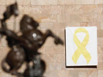 Lazo amarillo en una pared del Pati dels Tarongers, en el Palau de la Generalitat.