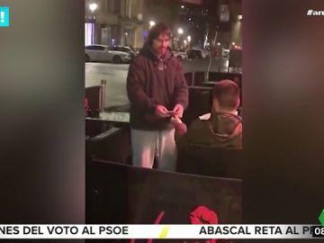 Un hombre le presta su tarjeta bancaria a un indigente para que saque el dinero que necesite