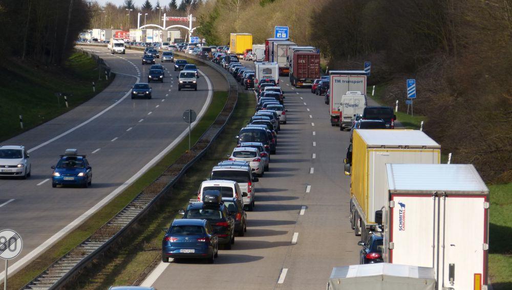 Para disminuir las emisiones producidas por el tráfico, una de las estrategias clave, y que genera mucho debate, es la reducción de la velocidad máxima permitida a los vehículos.