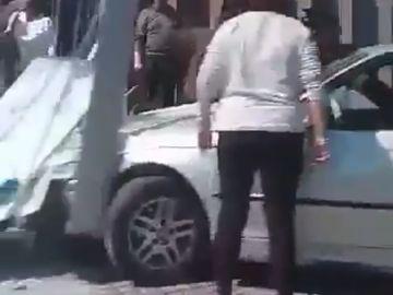 El coche en la parada de autobús