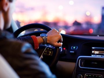 Una persona conduciendo