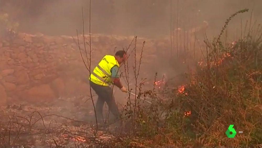 """Los vecinos de Galicia se enfrentan cuerpo a cuerpo con el fuego: """"No hay medios"""""""