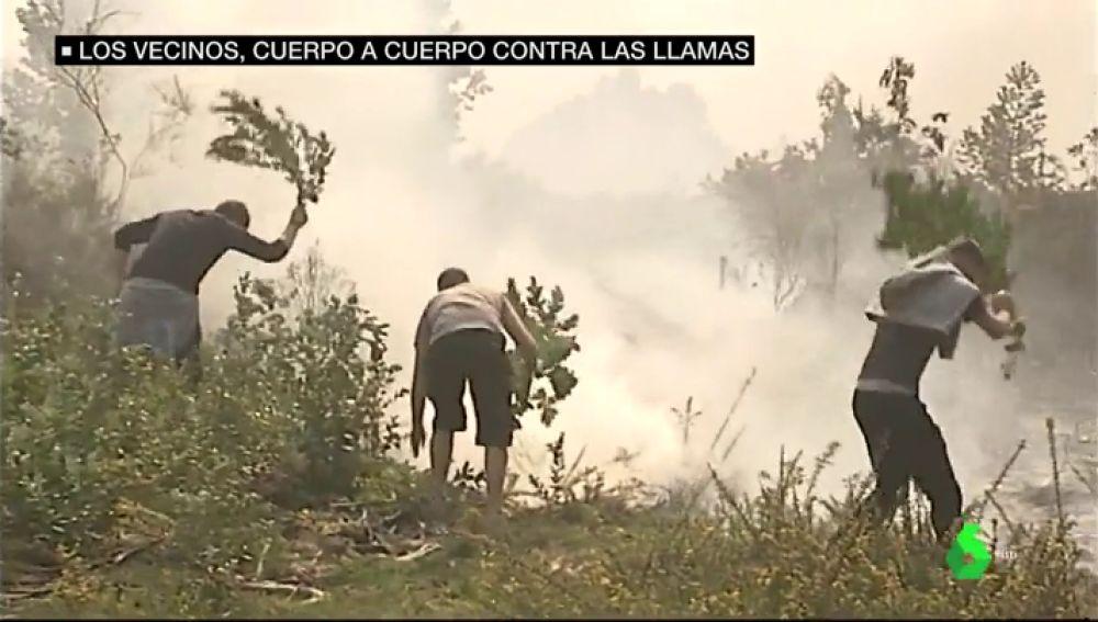 """Los vecinos de Galicia luchan cuerpo a cuerpo contra las llamas: """"No hay medios"""""""