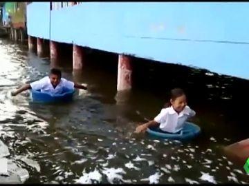 Al colegio en barreños, los estragos de las inundaciones