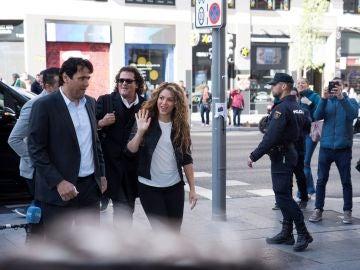 Shakira y Carlos Vives antes de entrar en el Juzgado Mercantil número 12 de Madrid.