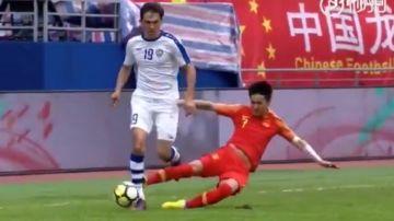 Wei Shihao realiza una dura entrada contra un rival