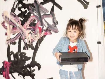 Lola June, la niña de dos años que expone sus obras de arte en galerías de Nueva York