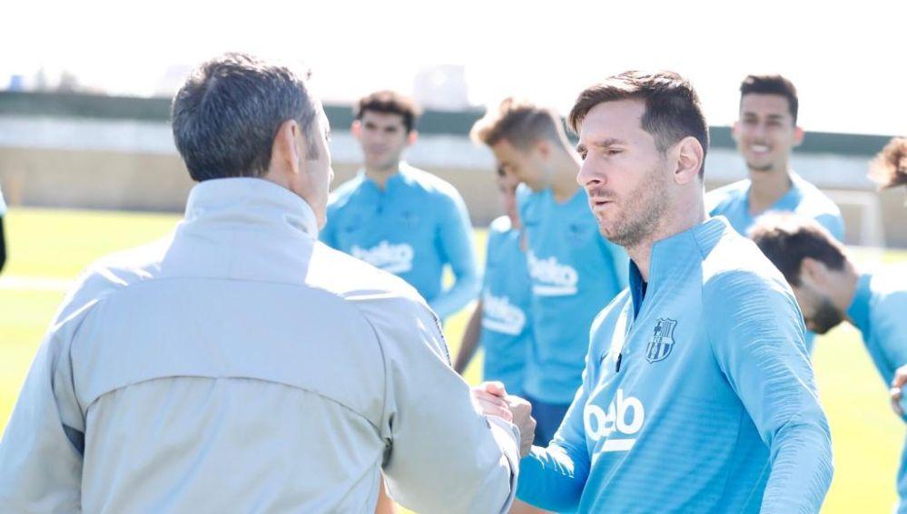 Ernesto Valverde y Leo Messi se dan la mano