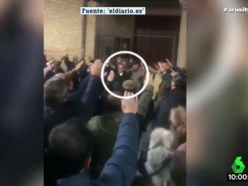 Miembros de Vox Valladolid cantan el 'Cara al sol'