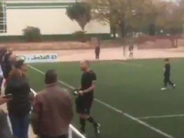 Un árbitro se encara con un padre tras un partido de infantiles