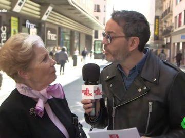 """Santi Villas conoce las verdaderas preocupaciones de los españoles: """"Que los viajes del Imserso sean de un mes, que con 15 días no me entero"""""""