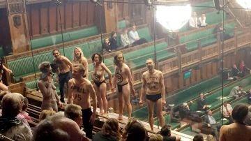 Varios activistas se desnudan en el Parlamento británico para pedir que se hable menos del Brexit y más del cambio climático
