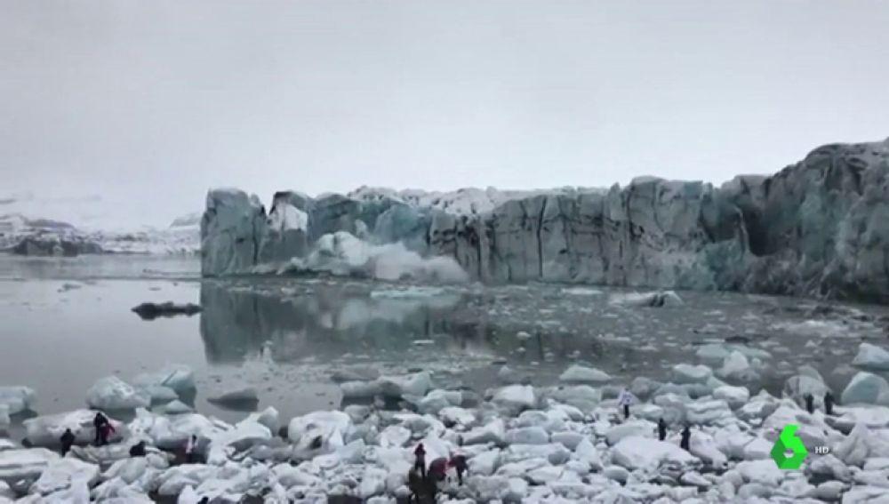 Turistas se llevan tremendo susto tras desprenderse pedazos de hielo de glaciar