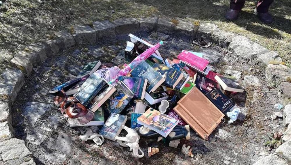 Objetos quemados en la hoguera