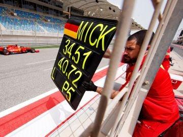 Mick Schumacher, en acción con el Ferrari en Baréin