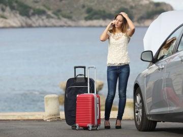 Mujer con el coche averiado
