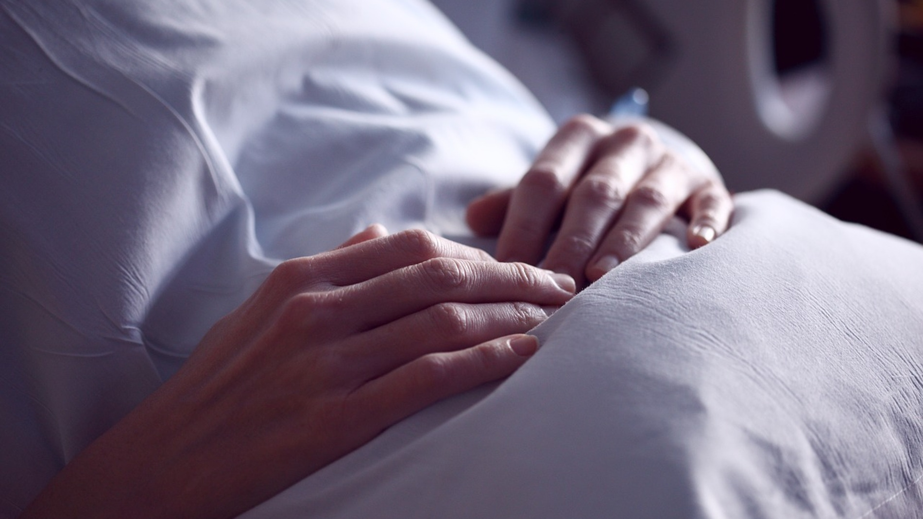 mujer en una cama de hospital