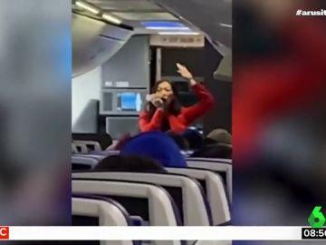 El sorprendente rap de una asistente de vuelvo para dar instrucciones a los pasajeros sin 'matarles' de aburrimiento