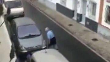 Detienen a un hombre por destrozar con una catana varios coches aparcados en la calle