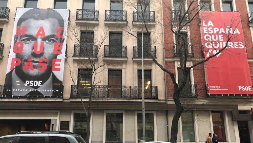 Pancartas en la fachada de la sede del PSOE en la calle Ferraz, Madrid.