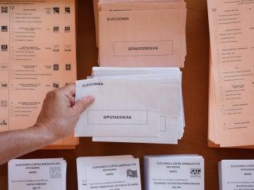 Una persona vota en las elecciones generales de 2016.