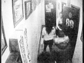 Primeras imágenes de 'La Manada de Sabadell' persiguiendo a su víctima
