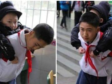 El pequeño Zhang carga todos los días para ir a clase con su amigo Xu