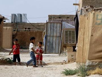 Niños palestinos juegan en el campo de refugiados Al-Hol al norte de Siria