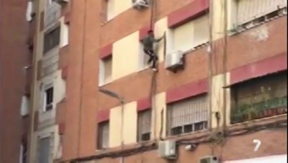 Peligrosa huída en Murcia: un hombre intenta escapar de una redada contra la droga trepando por la fachada de un edificio