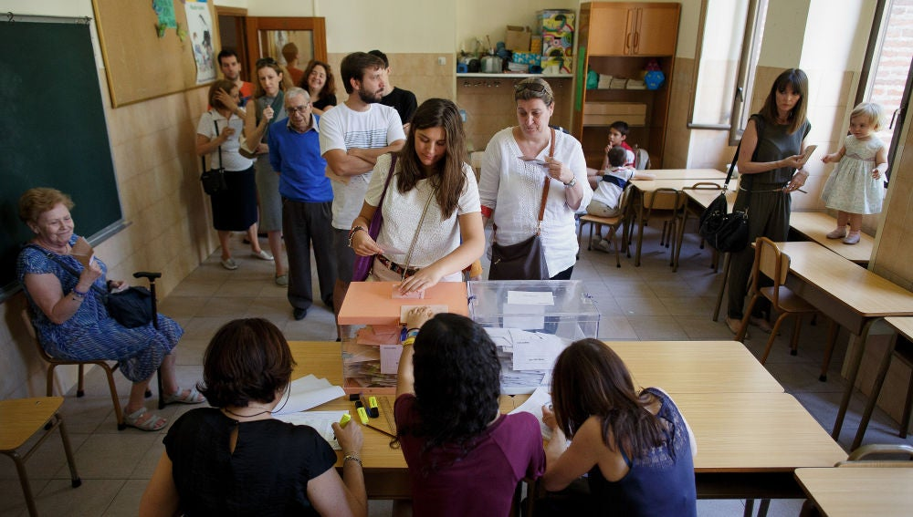Votantes en un colegio electoral en las elecciones de 2016.