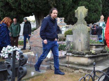 El líder de Podemos, Pablo Iglesias, en la exhumación de la fosa 115 en Patera, Valencia.