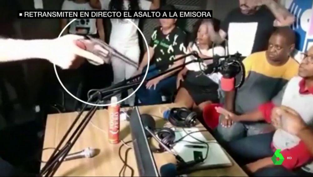 Atracan una emisora de radio en pleno directo en Brasil y los espectadores alertan a la Policía