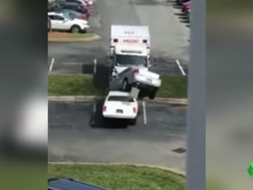 Detenido por robar una ambulancia y arrollar varios coches en Estados Unidos