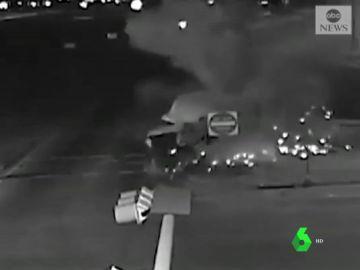 Espectacular accidente de un camión que transportaba leche en Texas