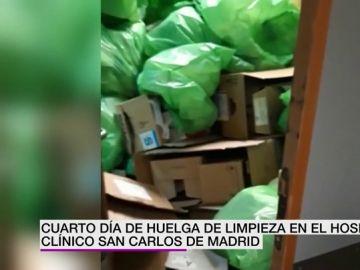 La basura inunda el Hospital Clínico San Carlos de Madrid en el cuarto día de huelga de los trabajadores de la limpieza