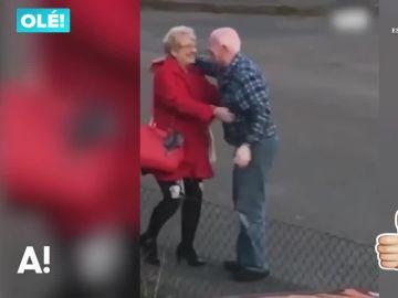 Reencuentro entre una pareja de ancianos