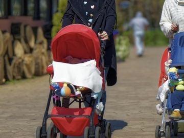 Madres paseando a sus bebés (Archivo)
