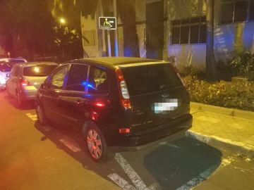 Multan a un hombre por fabricarse una plaza de aparcamiento para personas con discapacidad