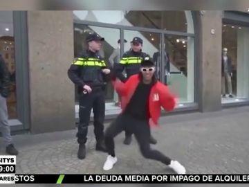 Intenta burlarse de dos policías bailando delante de ellos y acaba siendo detenido