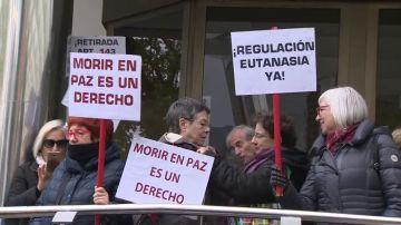 Un centenar de personas se manifiestan en Madrid a favor de la eutanasia en una foto de archivo