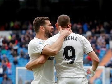 Benzema celebra un gol con Nacho