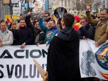 el líder de Ciudadanos, Albert Rivera y el secretario general de Vox, Javier Ortega Smith, entre los manifestantes de Jusapol.