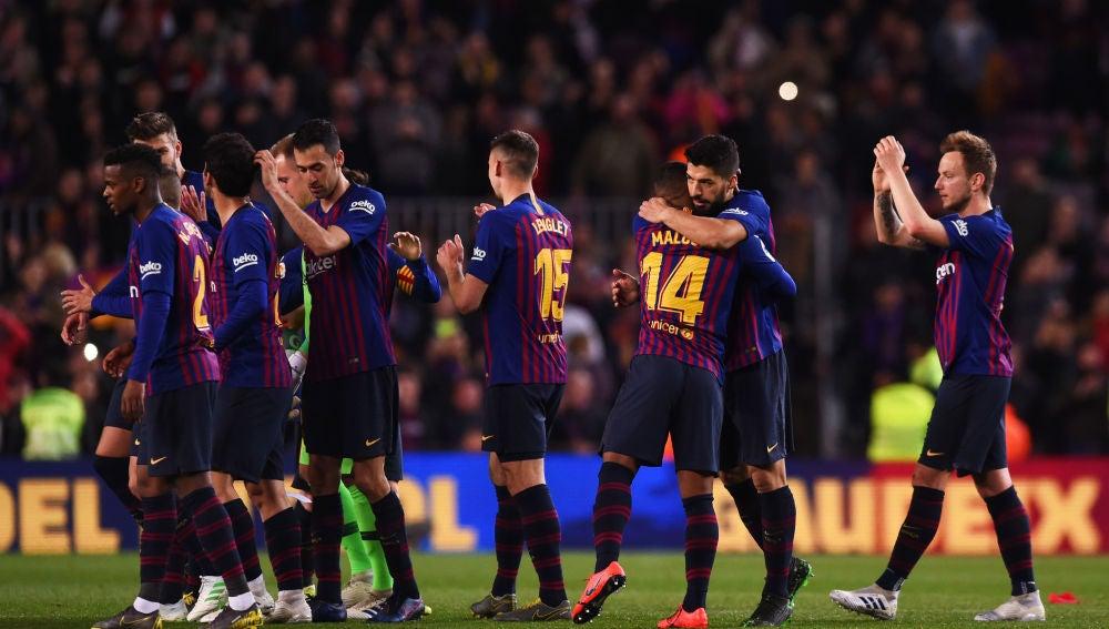Los futbolistas del Barcelona celebran la victoria