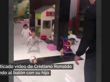 El niño juega a la pelota y ella con un carrito de la limpieza: el criticado vídeo de Cristiano Ronaldo