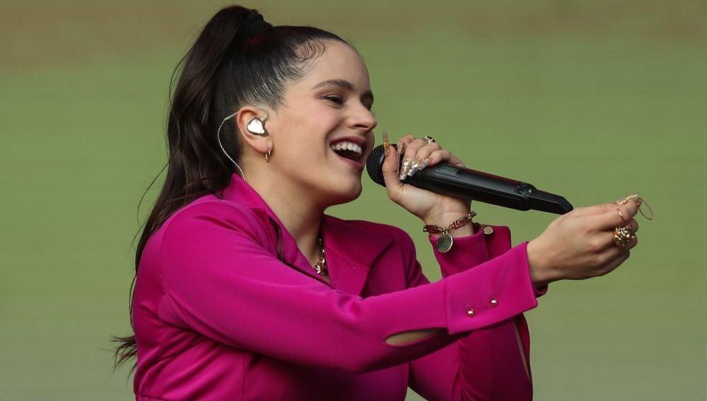 Rosalía durante un concierto