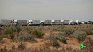 Camiones en un mega atasco en la frontera entre Estados Unidos y México.