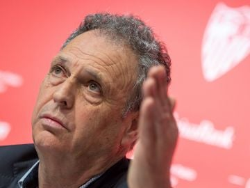 Joaquín Caparrós, en una rueda de prensa con el Sevilla