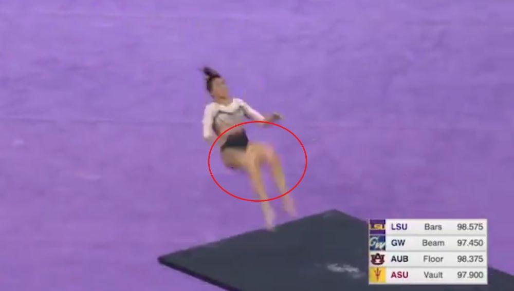 Gimnasta se fracturó las dos piernas en pleno torneo (+video dramático)