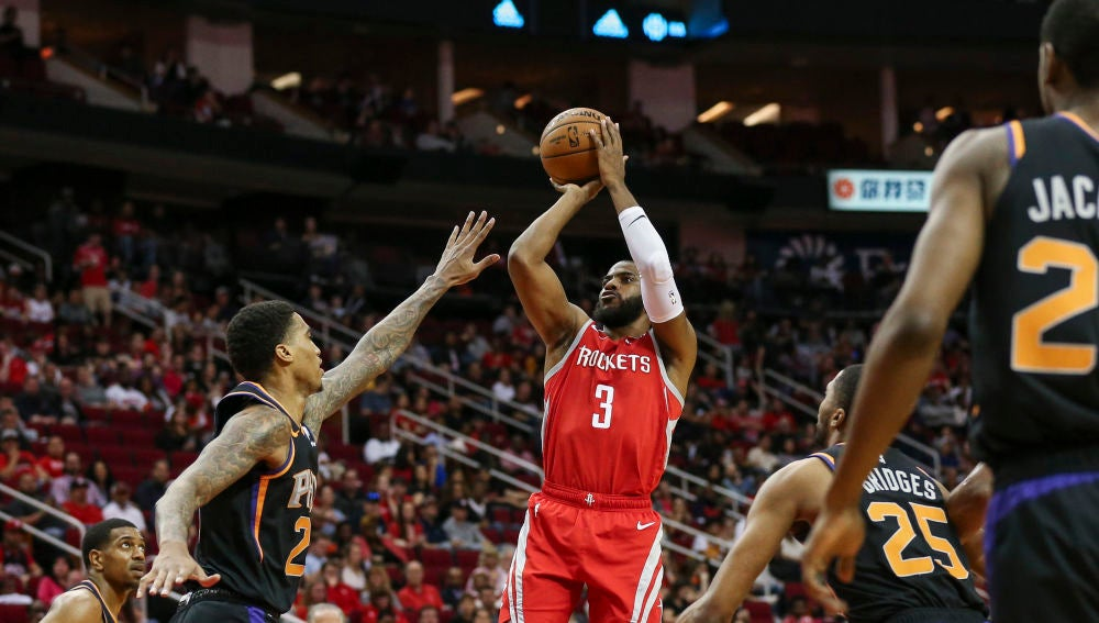 Chris Paul lanza a canasta ante los Phoenix Suns